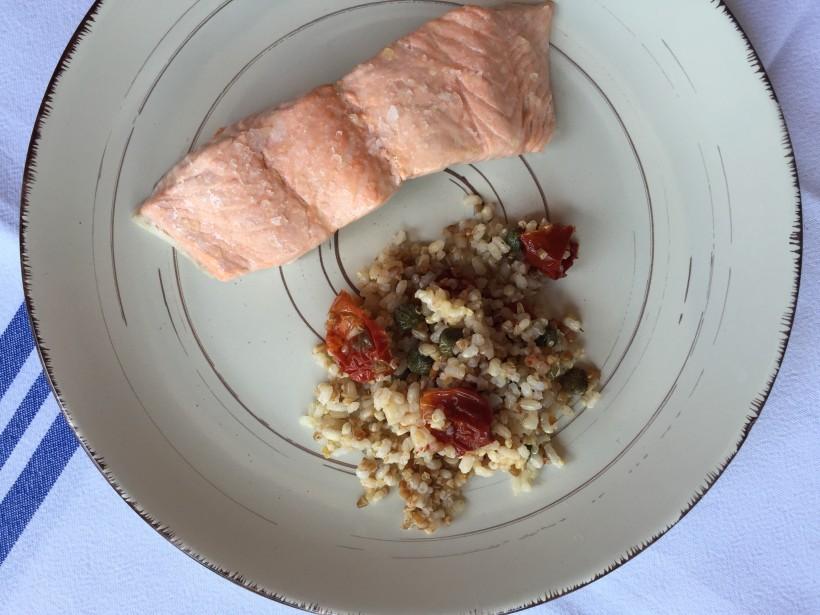 Salmón al vapor con ensalada de quínoa y arroz integral