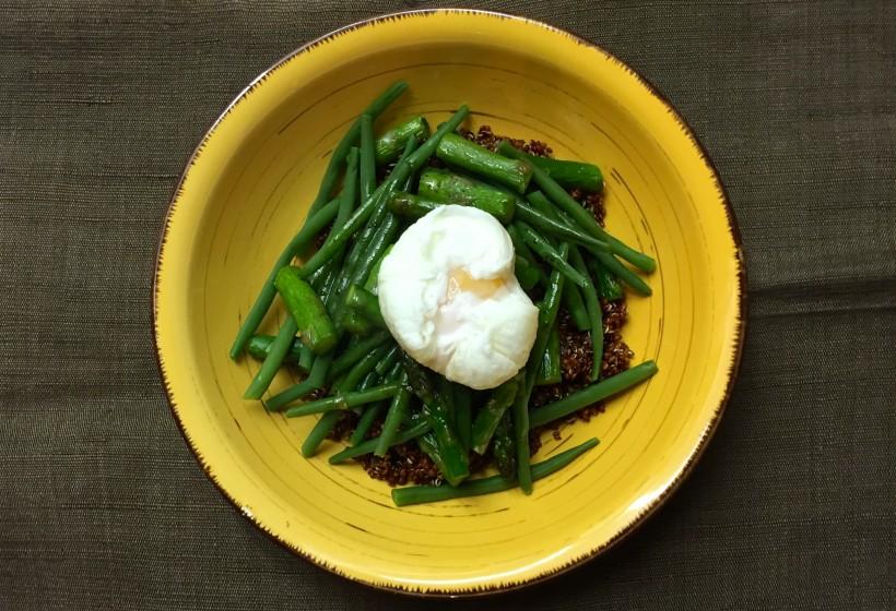 Quínoa roja con verduras y huevo poché