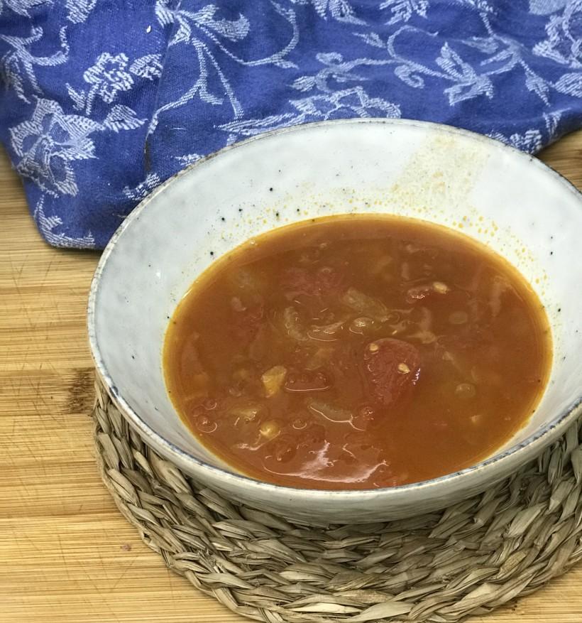 Sopa de tomate con lentejas